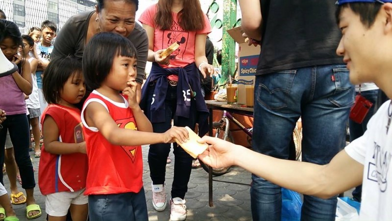 ストリートチルドレンの子どもたちに給食活動をしている様子