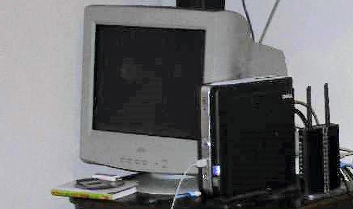 ▲2000年代後半ごろの実家リビングで。PCはさらに新調したが、ブラウン管モニタはこの購入当時のもの