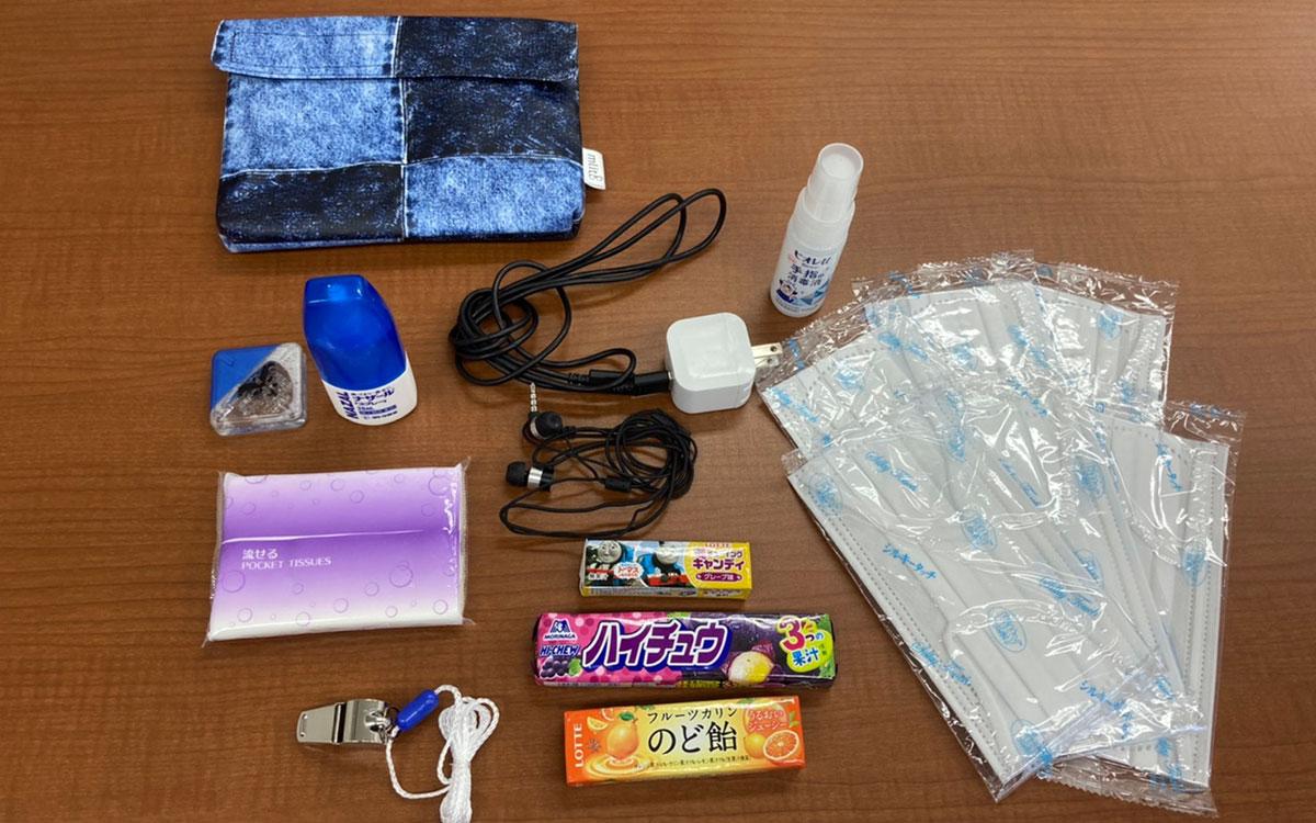 除菌、マスク、充電器、イヤホン、携帯食、のど飴、点鼻薬、目薬、ティッシュ、笛