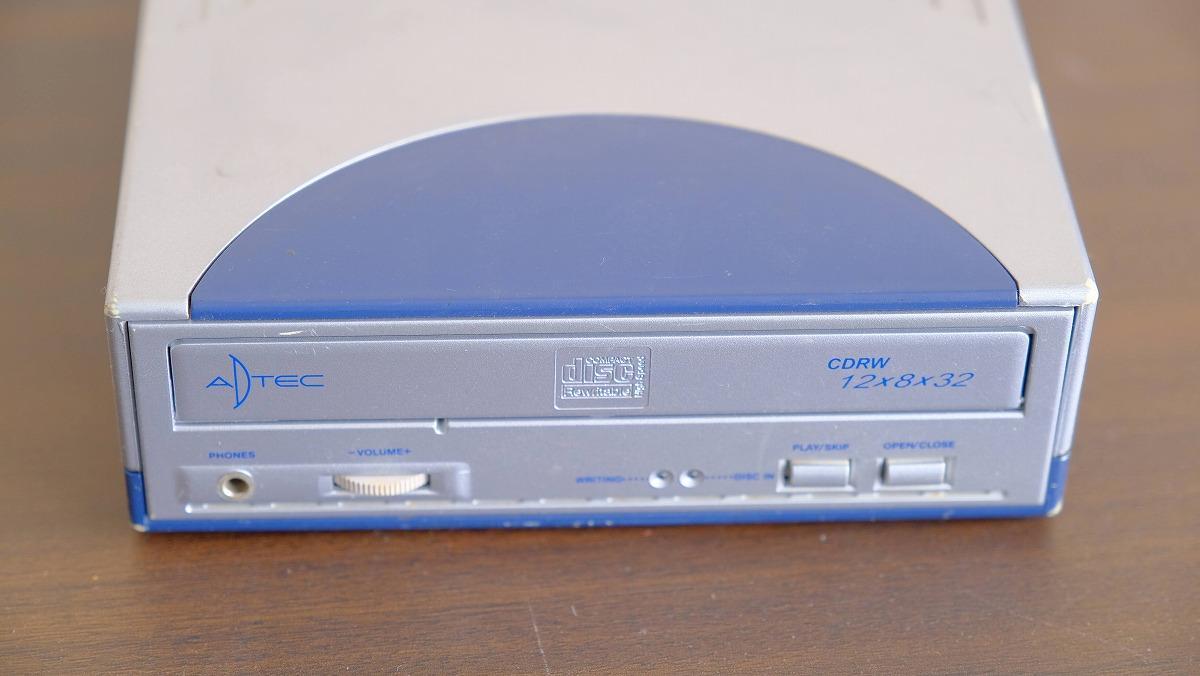 筆者私物のCD-ROMなどの読み書きができるドライブ。別途電源の必要なタイプが多かった