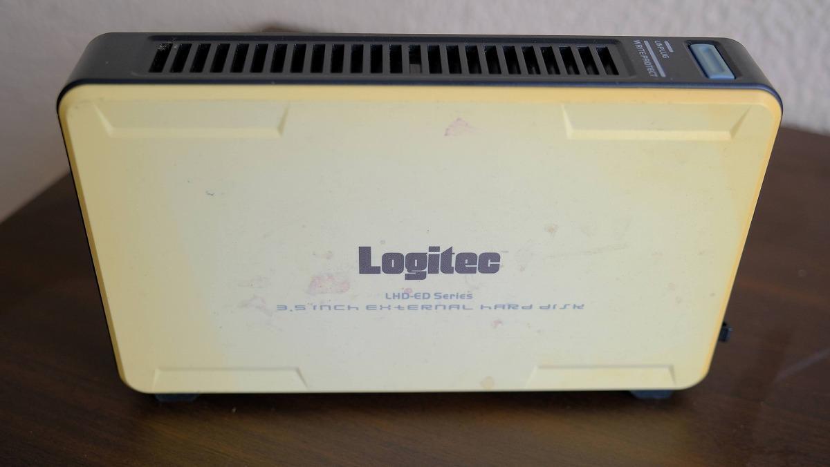 筆者私物の外付けハードディスクドライブ。当時はポータブル型より電源をつなぐ大きいものが主流。いつの間にか動きが悪くなるのもあるあるだ