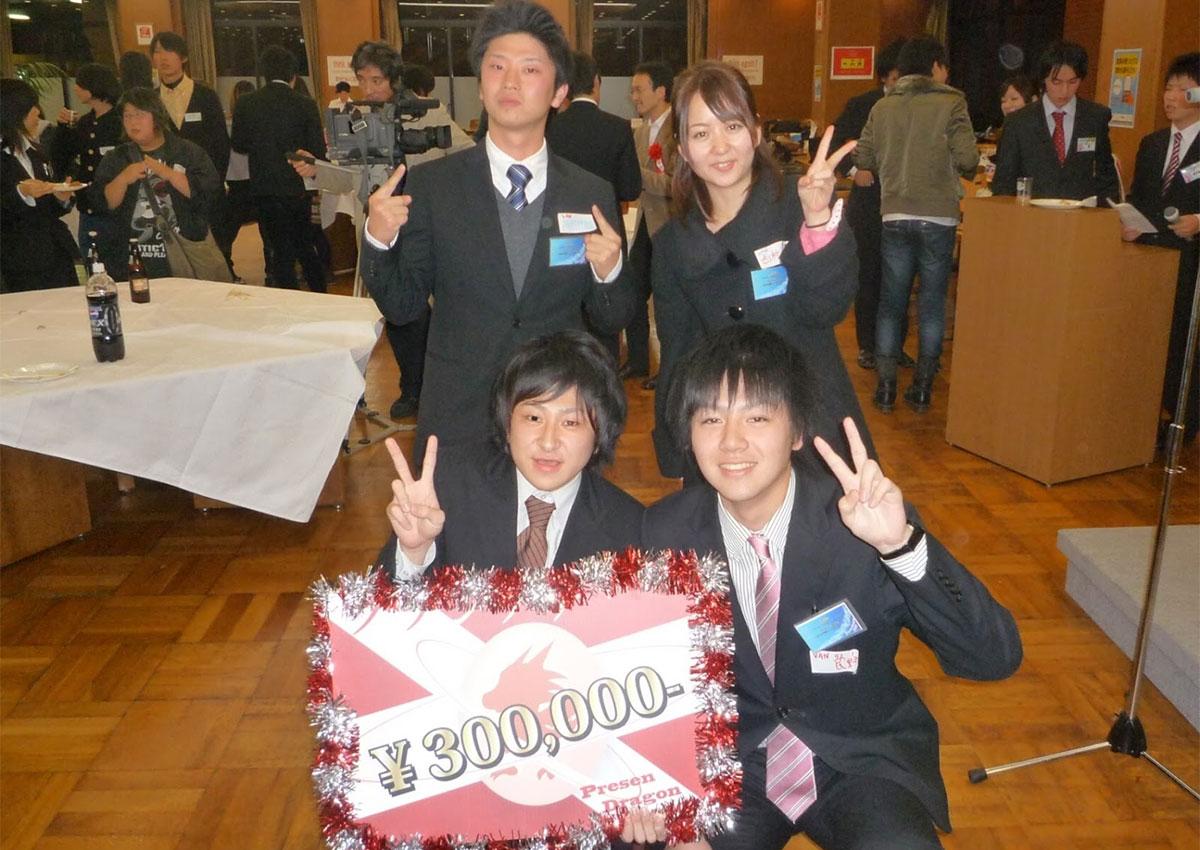 「プレゼン龍」優勝時の写真。左下が垣内社長、右下が民野副社長