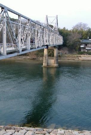 後楽園月見橋から川に飛び込む人・・・岡山県警の画像