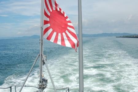 航跡にはためく日章旗の画像