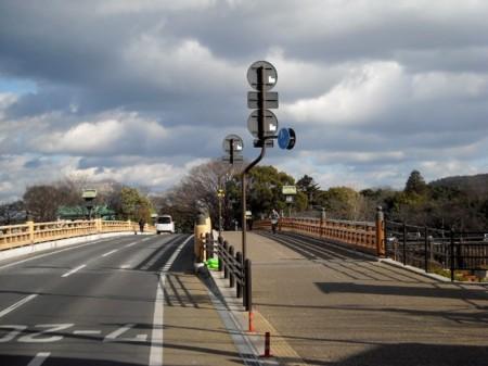 鶴見橋~後楽園 屈指のビューポイントが交通標識で台無しの画像