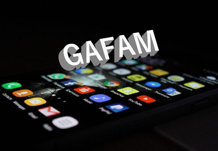 黒の背景にスマートフォンと白文字