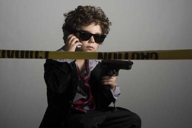 刑事に扮する子ども