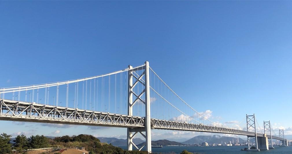 坂出は瀬戸大橋のたもと(この写真では奥)の街です