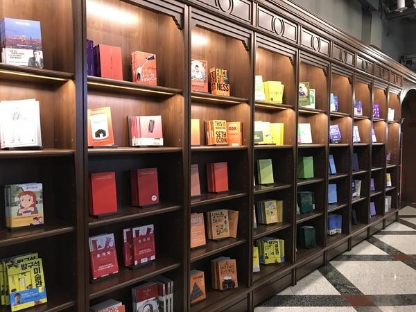 虹色の本棚