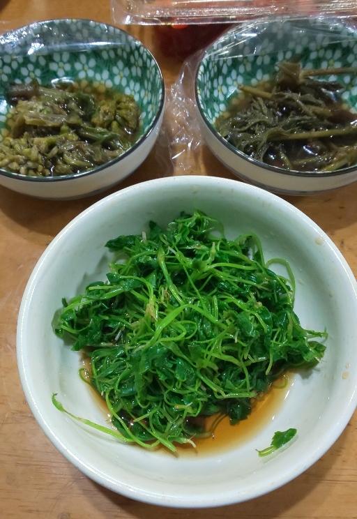 手前写真はミツバのおひたし、左上はふきのとう、右上はタラの芽