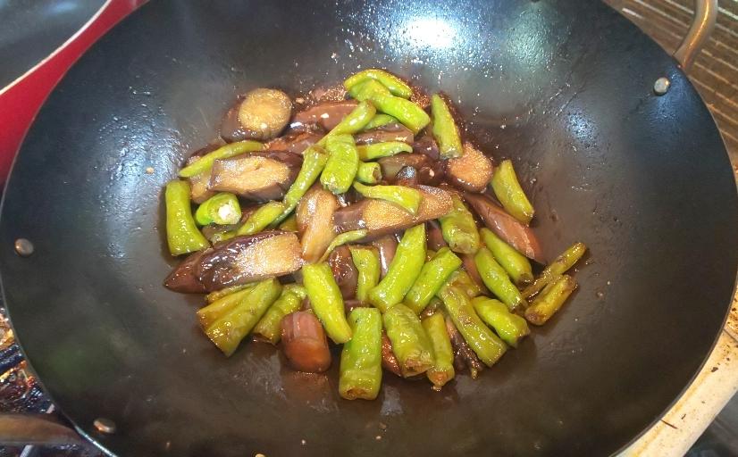 中華鍋で炒めたなすとししとうがしんなりした状態