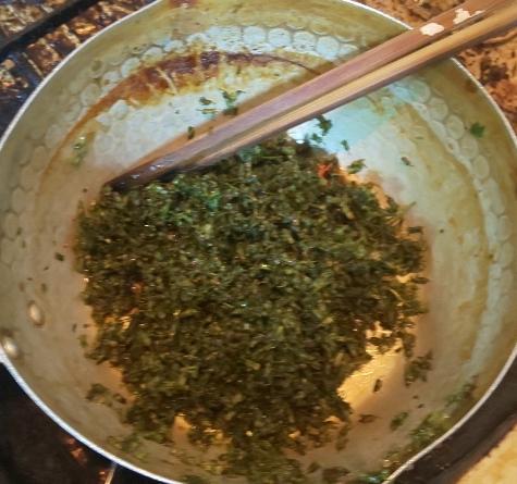 鍋で煮立てた醤油だれに青紫蘇の実を入れて煮詰めている状態