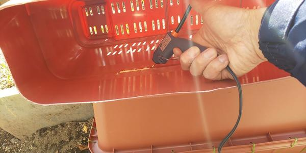 熱で溶けるホットメルトを使って隙間を埋める