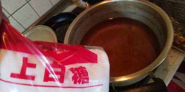 取り出した紫蘇の汁に砂糖500gを入れる
