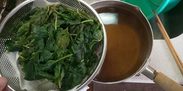ザルで濾して青紫蘇の汁を鍋に取る