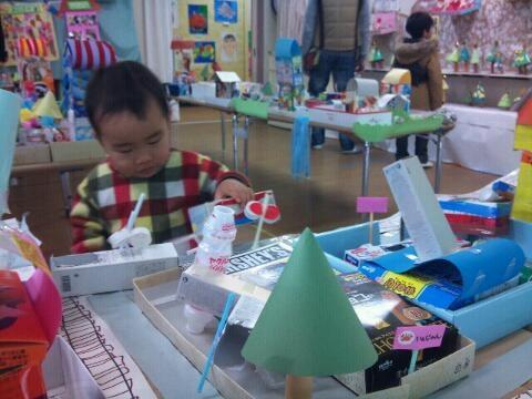 幼稚園の造形展で半日、子どもらはだいぶ遊んだはず。パパはお腹が