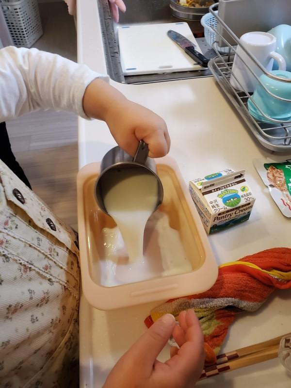 パンナコッタ作り 牛乳 注ぐ