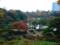 六義園の藤代峠から園内を眺める