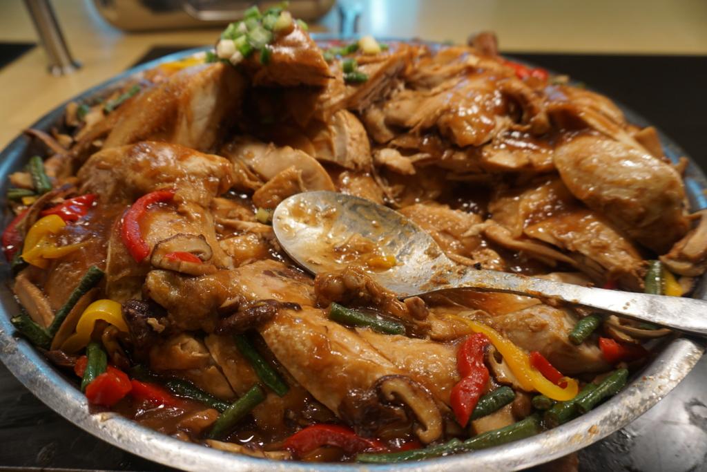 カイマーケット(kai market)_ディナー_チキンの醤油仕立て:ホー農園ロングビーンと椎茸