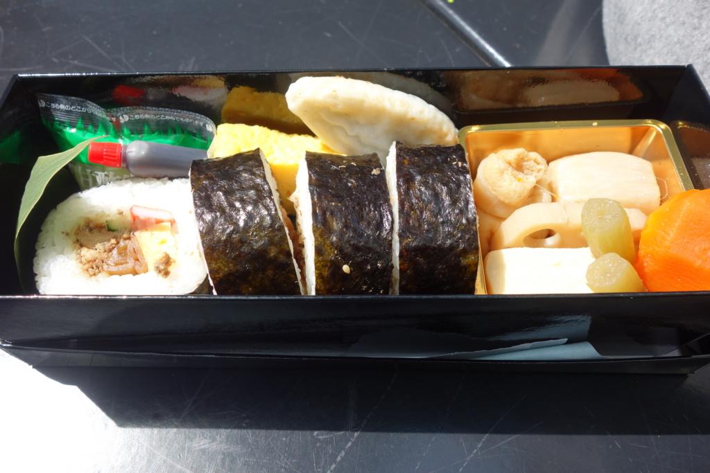 気仙沼 斉吉さんの「金のさんま巻き寿司弁当」(撮影:sony rx-100)