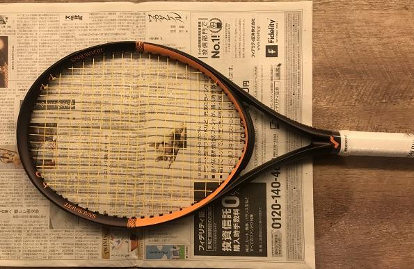 新聞の上にラケットをセット