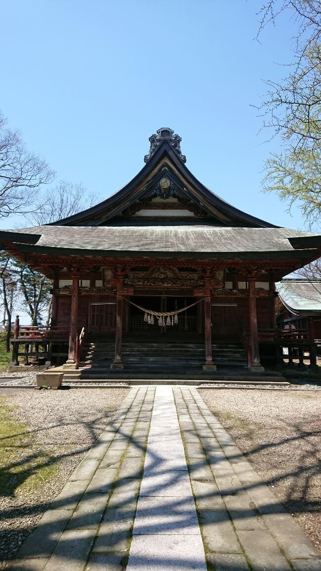 日吉八幡神社:厄除け、開運、子孫繁栄。スタジアムの活気のそばに