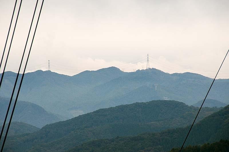 十石峠から下りてくる安曇幹線1号線 稜線には西群馬幹線が並ぶ
