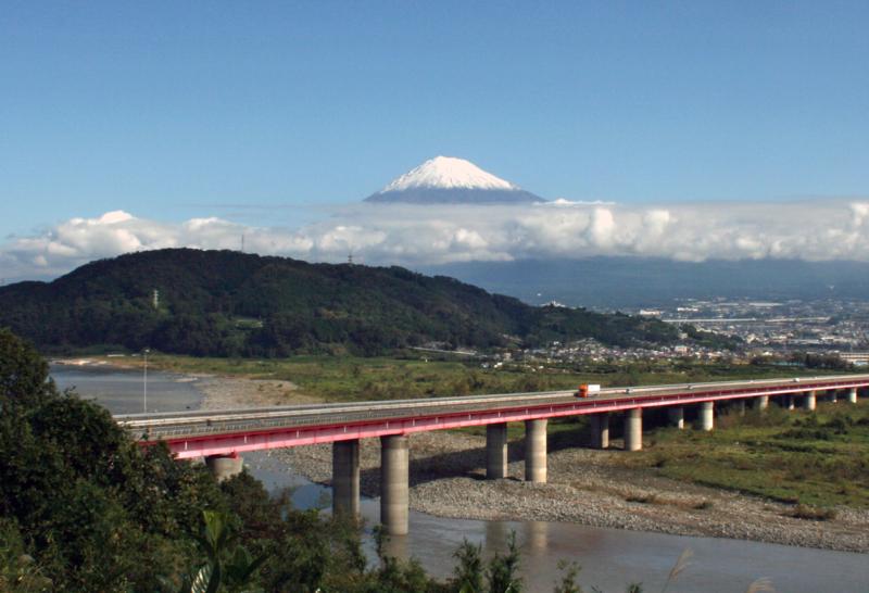 東名高速・富士川SA(富士川町)から冠雪の富士山-13.10-