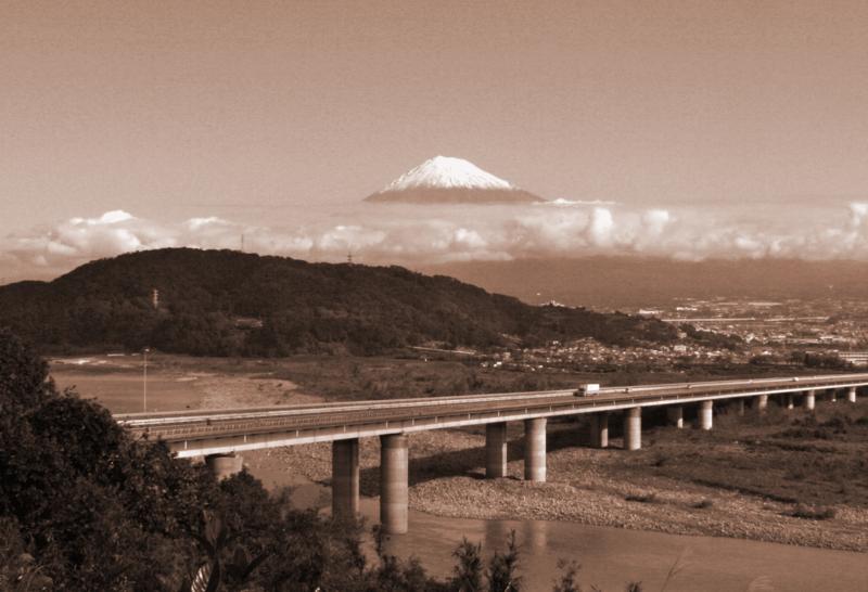 東名・富士川SAからの富士(セピア)-13.10-