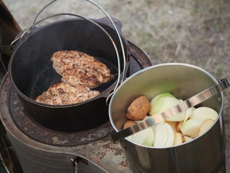 キャンプでの調理の風景