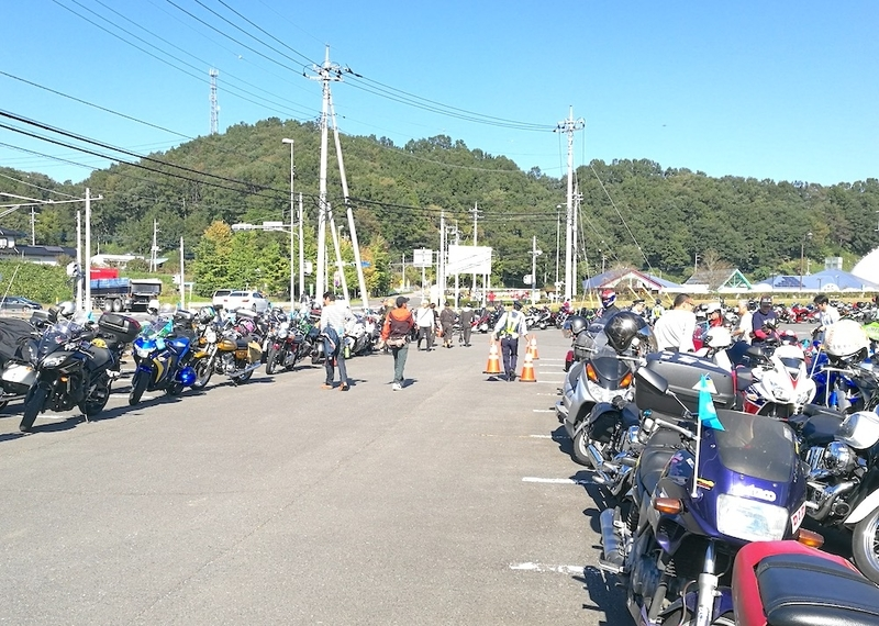モトGPのパレードに参加するバイクの数々