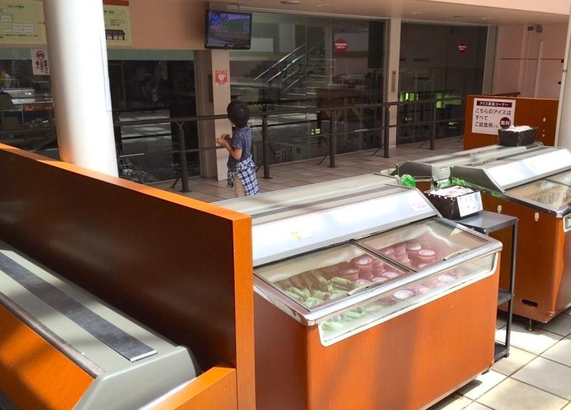 シャトレーゼの工場見学のアイス食べ放題コーナー