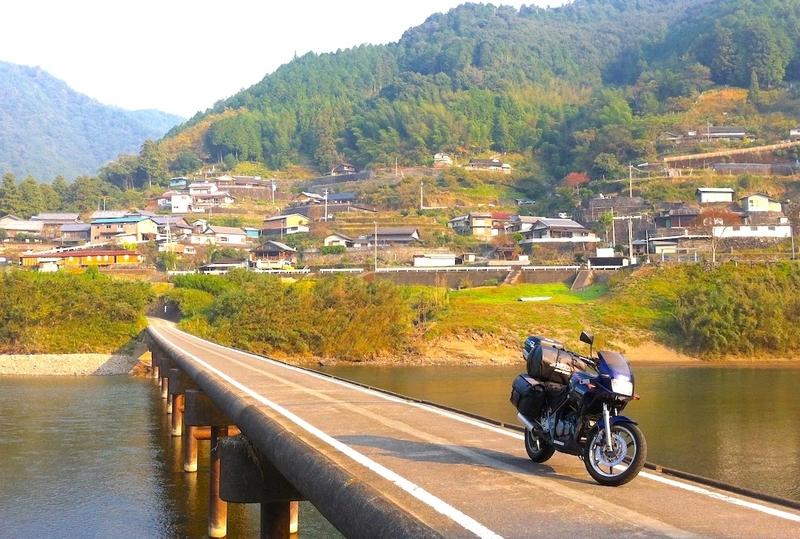 日本一周:四万十川の沈下橋とバイク