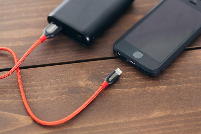 モバイルバッテリーでスマホを充電