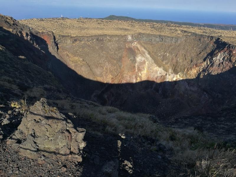 伊豆大島の三原山の火口