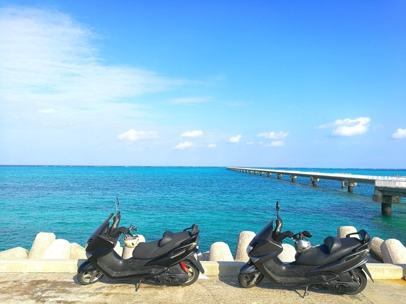 下地島空港17エンドの海とレンタルバイク