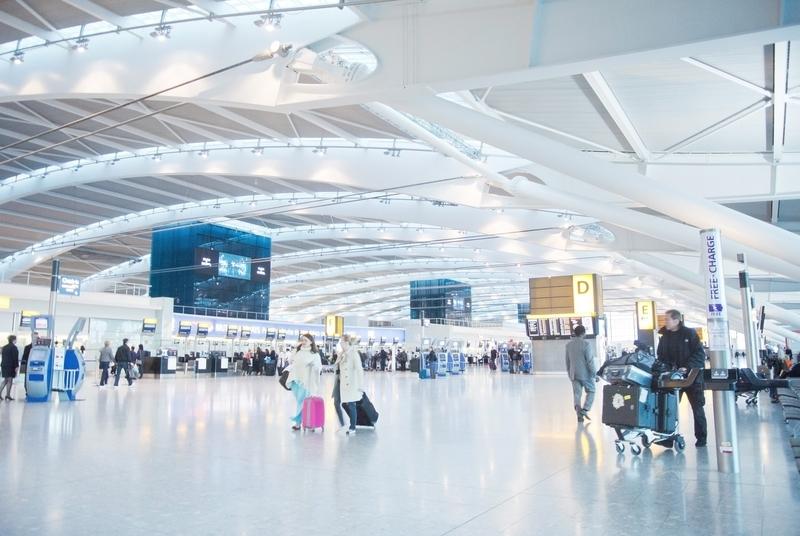 SIMフリースマートフォンが海外でも使えるイメージ画像(空港の風景)