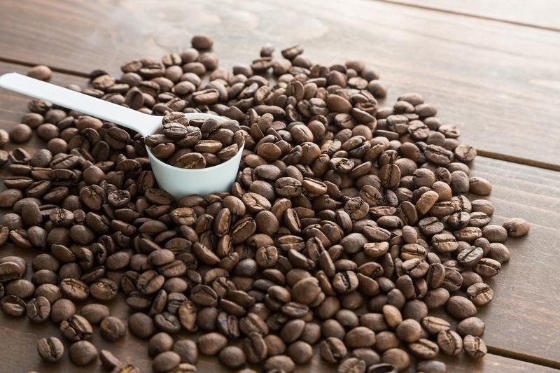 コーヒー豆を選別するイメージ画像