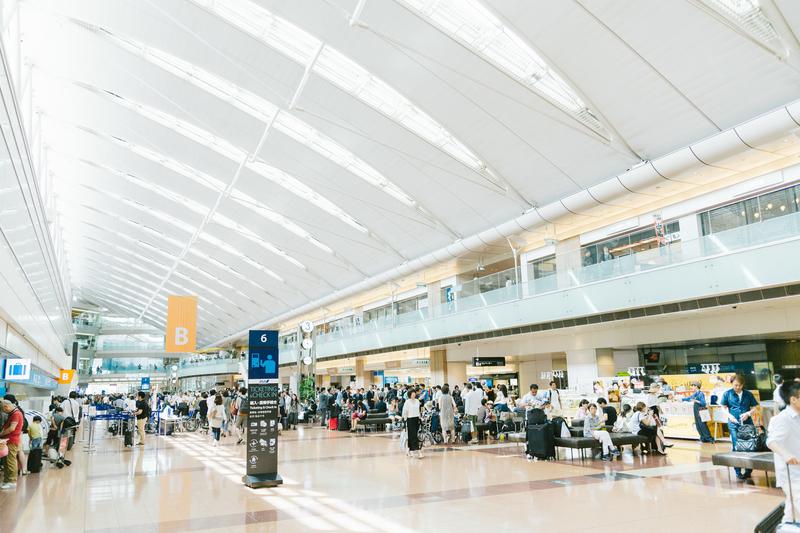 空港でレンタルWi-Fiを借りるイメージ