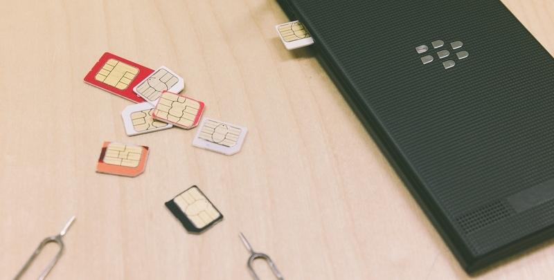 SIMフリー端末にSIMカードを挿入するイメージ