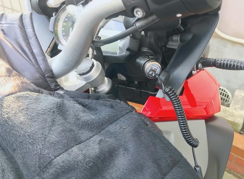 バイク用USBポートで電熱ベストを使う