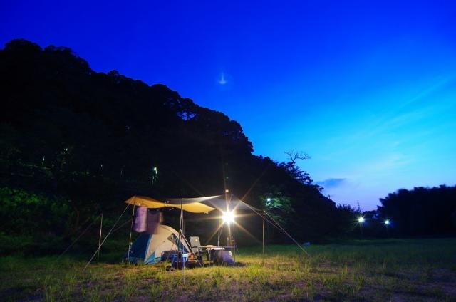 キャンプサイト全体を照らすメインランタン
