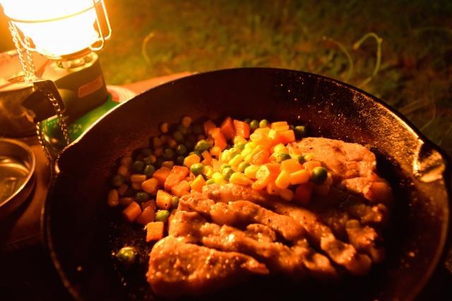 夜の食卓を彩るテーブルランタン