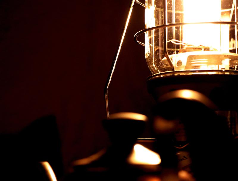 キャンプの夜を彩るランタンの灯り