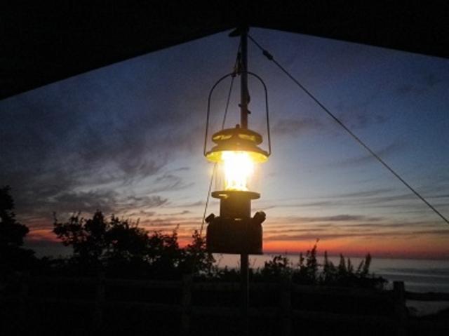 アウトドアの夜を彩るランタンの灯り