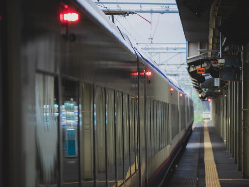地方の交通費が高イメージ(電車のホーム)