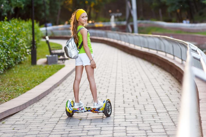 バランススクーターで公道の歩道を走る