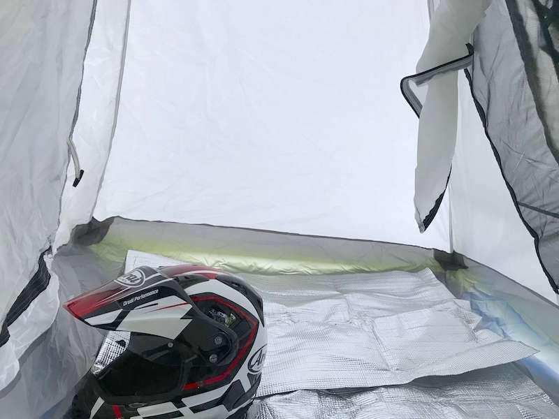 ツーリングテント内の荷物収納スペース