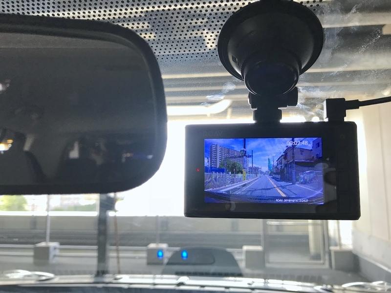 ドライブレコーダーで録画映像を確認中