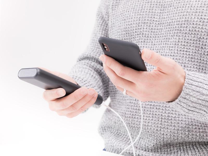 モバイルバッテリーと接続してiPhoneを充電中